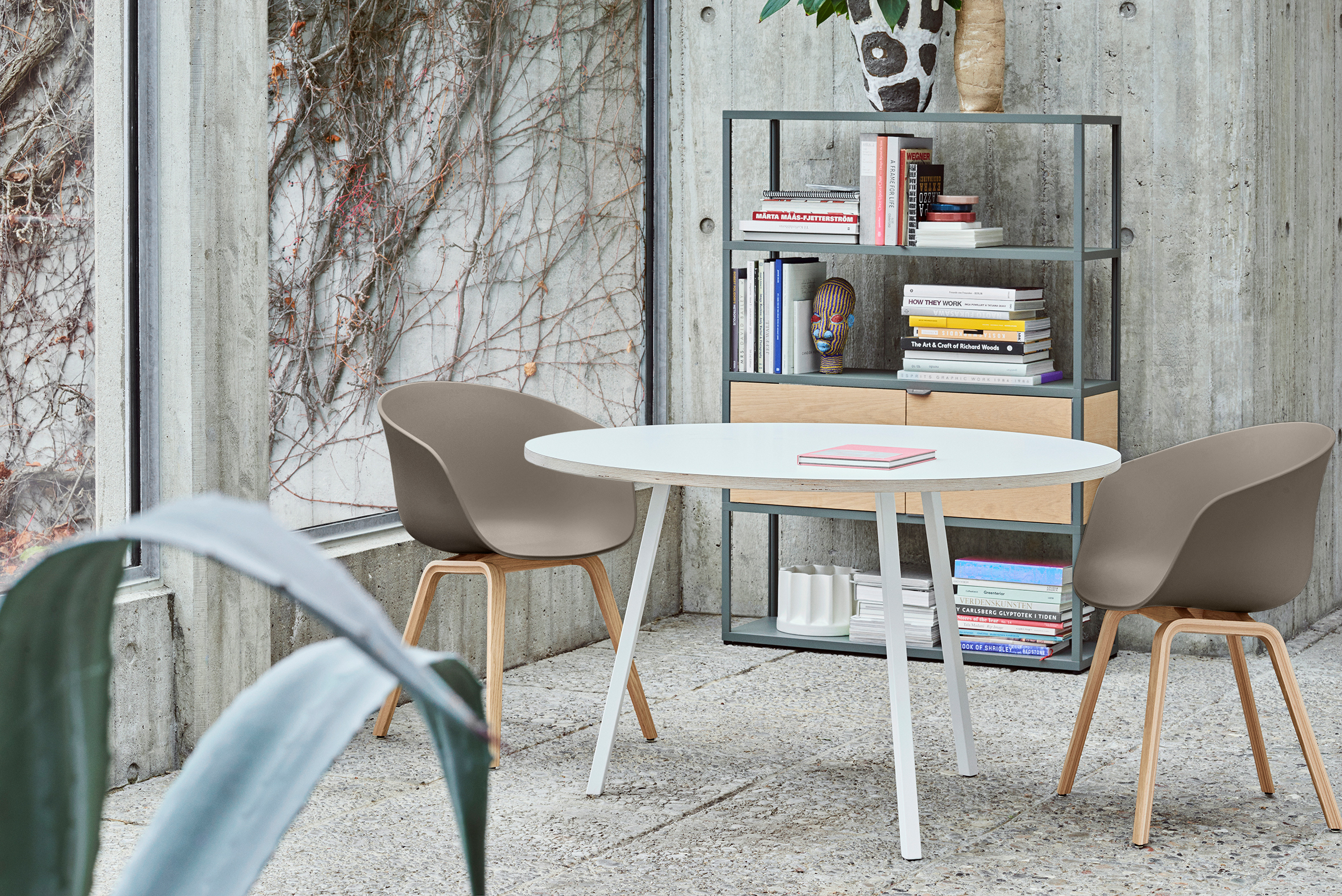 Loop stand round table white laminate 90 cm